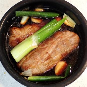 今回は、「ローストビーフ」や「よだれ鶏」など・・・知っておくと食卓を格上げできる、『炊飯器で作れるお肉料理レシピ』をセレクトしました。  炊飯器の保温機能×保存袋に入れたお肉で作れる、ほろっほろの柔らか食感の低温調理術もお付けしましたので、ぜひ参考にしてみてくださいね。