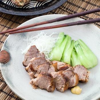 そのまま食べても美味しいうえ、ご飯にのせたり、細切りにして麺に絡めたり・・・何かと出番の多い中華の定番チャーシュー。  かたまり肉をフライパンで焼き色をつけた後、調味液と一緒に炊飯器へポン!  旨味をギュッと染み込ませるため、表面にクッキングシートをのせて落とし蓋にするのもポイントです。