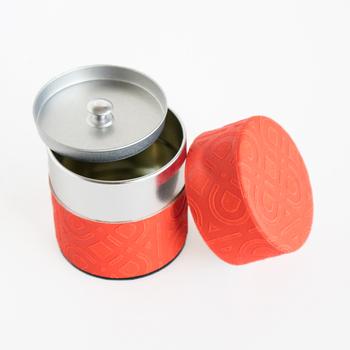 和紙の繊細なデザインが日本らしい茶筒です。さりげなく入れられた模様も、品が良くて素敵ですね。鮮やかな色は食卓のアクセントになりそうです。