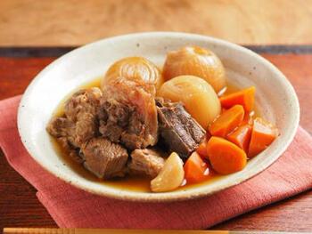 煮込むほどに柔らかくなる牛すじ肉。炊飯器の力を借りてトロットロに仕上げましょう。玉ねぎやにんじんの野菜の甘みも相まって、奥深い美味しさになります。