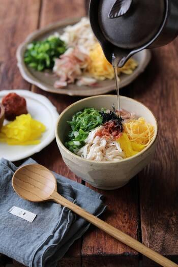 鶏肉をメインに、卵、たくあん、みょうが、青ネギ、大葉、梅干し、刻みのりと、たっぷりの具材を使って絶妙!  ボリュームも彩りも優れている、思わずおかわりしたくなるお茶漬けです。