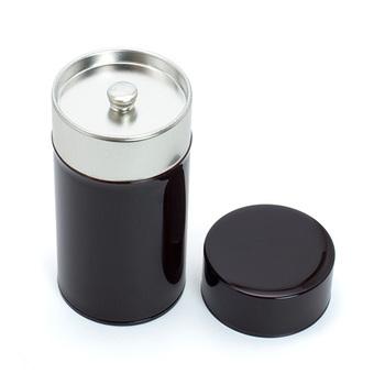 濃い茶色のシックな姿がかっこいいですね。外側の色はコーヒーをイメージしているそうです。コンパクトでデザインもシンプルなので、テーブルなどに出しておいても◎