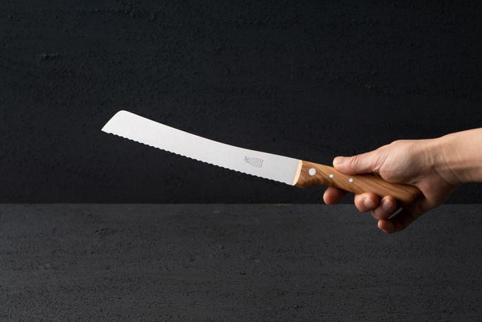 1872年に刃物作りで有名なドイツのゾーリンゲンで創業した、老舗のブランド「ロベルトヘアダー(ROBERT HERDER)」のシックで切れ味の良いブレッドナイフ。