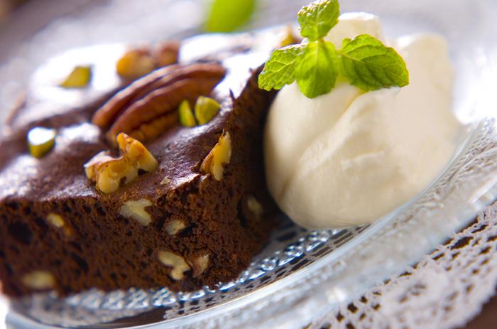 チョコレートの代わりにカカオ分100%のカカオマスを使った本格レシピ。キュラソーを加えてちょっぴり大人な味に仕上げています。特別な人に贈りたい時に作りたいレシピですね。