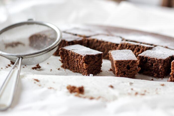 日本ではあまり馴染みのないブラウニーですが、同じチョコレートケーキのガトーショコラと何が違うのでしょう?  ブラウニーとガトーショコラの違いは、卵の使い方と粉の分量。ガトーショコラの場合卵はメレンゲにして使いますが、ブラウニーはそこまでしっかり泡立でないので、ずっしり重みのあるケーキになります。 小麦粉の量はブラウニーの方が多め。ガトーショコラがしっとりするのに比べ、ブラウニーはサクッとしたケーキとクッキーの中間くらいの食感になります。