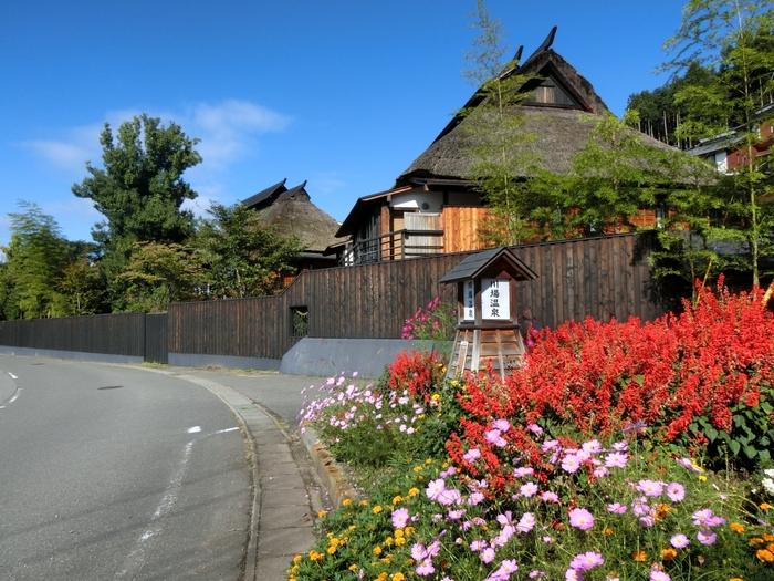 「 かやぶきの源泉湯宿 悠湯里庵」は、群馬県の川場にある温泉旅館です。のどかな自然に囲まれた施設で、まるで一つの集落のように広がっています。かやぶき家屋が広がった一帯は、まるでタイムリップしたかのような体験ができますよ。