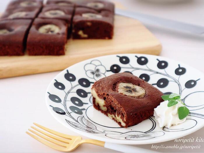 チョコレートの相性がいい果物といえばバナナ! 輪切りにして飾りにしている他、潰して生地に混ぜ込んでいるので、しっかりとバナナの風味を感じられます。 バナナは火を通すと甘味が増すので、砂糖を少なめにして作ってもいいですね。小さなお子さんがいる家庭にオススメなレシピです。