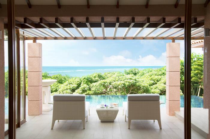「THE SHIGIRA」は沖縄県宮古島にあるリゾート施設です。広大な敷地内には様々なタイプのゆったりとしたヴィラが立ち並び、日本にいながらまるで海外にいるような感覚で非日常を味わえる贅沢な施設となっています。