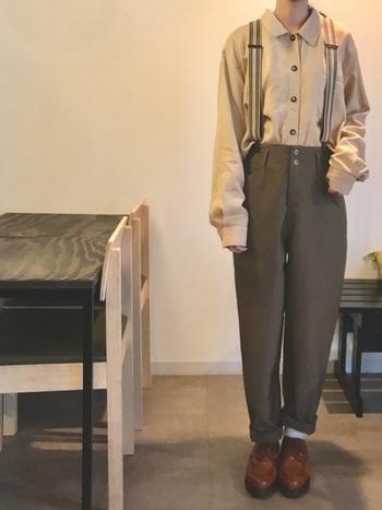 古着のベージュのシャツに並んだレトロなボタン。ボトムスには2つ並んだボタンも、シャツボタンと大きさが違うので、変則性が生まれて遊び心を感じますね。ヨーロッパの少年のようなクラシックな着こなしに仕上がっています。