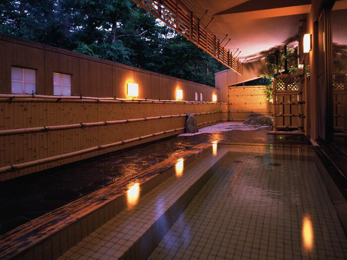 保湿力が高いとされる温泉は、まるで温もりで体を包んでくれるかのように冷めにくく、体がポカポカとします。疲労回復にも優れ、ゆっくりと湯治が楽しめます。露天風呂は大自然のマイナスイオンを感じながら楽しめますよ。