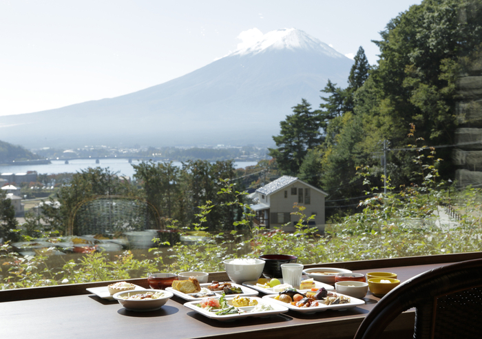 朝は和洋好きなものを自由にとれる60種類のビュッフェ、夜は旬の食材を使った洋食のフルコースがいただけます。どちらもやはり目の前には大きな富士山。富士の雄大なオーラをいただけるおこもり宿です。