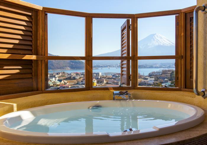 お部屋の大きな窓からも富士山が一望できます。バルコニーに設置された専用ビューバスでは、好きな時に好きなだけ富士山を眺めながらゆっくりとお風呂に入ることが出来ます。読書をしながらお湯に浸かり、ふと目線を上げて富士山を眺める、という入り方がおすすめです。