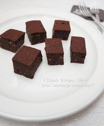 こちらのレシピは、炊飯器で焼き上げるレシピ。チョコレートの代わりにココアパウダー、バターの代わりにココナッツオイル、グラニュー糖の代わりにきび砂糖を使っているのでヘルシーにいただけます。