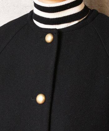 アンティークなメタルボタンが付いたコート。上質な風合いの生地に合うボタンで、ちょっぴり高級感が漂うクールさがカッコイイ!