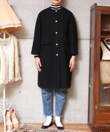 どんな冬コーデにも合いそうなベーシックなコートですが、ボタンの光沢に合わせて足元をパンプスにするだけでシックな装いに。カジュアルな中にも都会的なコーデに仕上がっています。