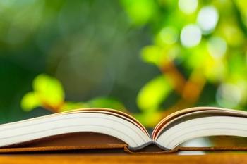 大人になるにつれ、自分から新しい知識にアクセスしようとする気持ちが、どうしても薄れていってしまうもの。しかし忙しい日々のなかでもふと得た素敵な知識は、私たちの心をより豊かにしてくれるものです。  そこで今回は、大人のあなたにも味わってほしい、素晴らしい図鑑・辞典をご紹介していきます。