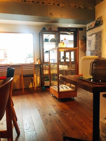 木の温もりが心地よい店内。こちらでは、様々なアーティストによる展示も行われているそうです*