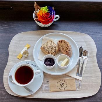 こちらは、コーヒーとライ麦ブレッド。このほか、ランチにぴったりなサンドウィッチ、シナモンロールやタルトなど魅力的なメニューが並びます。居心地もよく、普段使いしたくなるお店です♪
