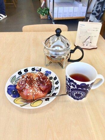 好きなマグカップを選んで注文できるというドリンクと、美味しいシナモンケーキでゆったり。ここに来るだけでフィンランドの魅力をたくさん体感できるような、素敵なお店です◎