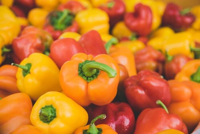トウガラシ属トウガラシの栽培品種のパプリカはカラーピーマンの一種で、100g以上の肉厚ピーマンをパプリカと呼びます。赤や黄、オレンジなどカラフルなパプリカ。カラーピーマンですがピーマンにある青臭さや苦みがなく、甘く食感もジューシーなので、サラダなどの生食にも◎。パプリカが料理に加わるだけで見た目も華やかになりますよ。  それでは早速、パプリカを使ったレシピをジャンル別にみていきましょう♪