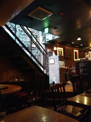 地下に階段で下がると、趣のあるレンガの壁。そしてそこにジャズミュージシャンたちの写真も飾ってあって、一気に上質なジャズの世界に浸ることができます。