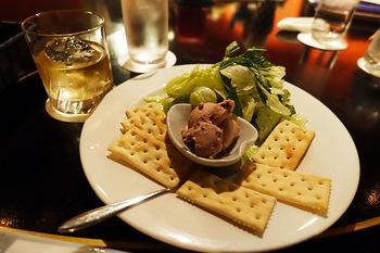 お酒はもちろん、オードブルからピザやオムライスなどのお食事メニューも用意されています。お一人でも、大切な人ととでも、きっと良い夜を過ごせる場所です。