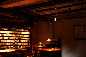 扉を開けて中へ入ると、店内は照明が落とされたシックな雰囲気。まさにジャズが似合う空間です。もちろん曲のリクエスト可能で、お店にないCDは持ち込みもできます。