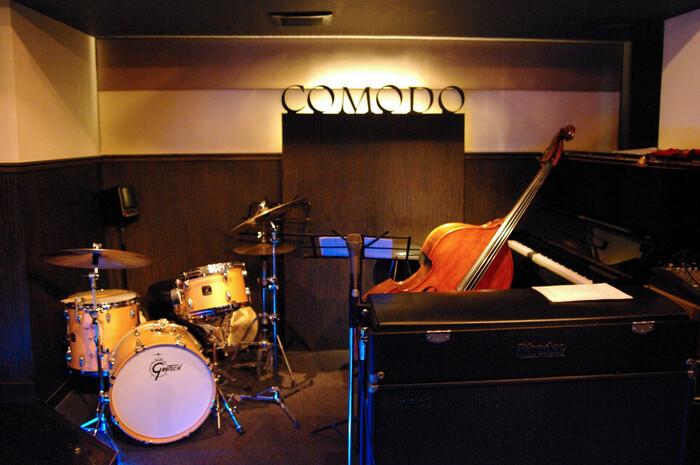 大阪でジャズ初心者でも入りやすいと評判のお店が、こちらの「コモド バー ウィズ ジャズ」です!心斎橋駅からすぐのところにあります*