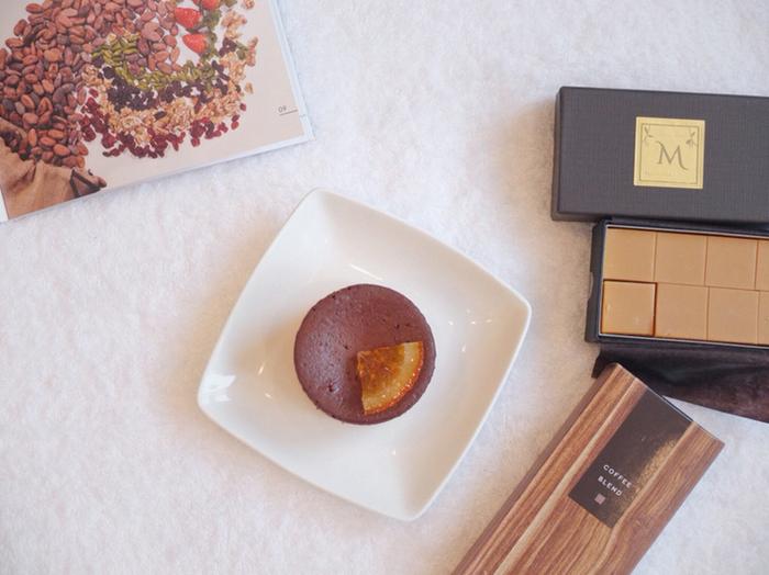 """こだわりの生チョコや、オリジナルの半生チョコレートケーキである""""マジドゥショコラ""""をはじめ、美味しそうな商品がたくさん♪写真映えする美しい見た目にもうっとりです。"""