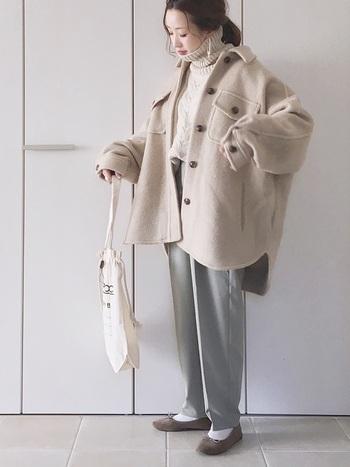オーバーサイズのCPOジャケットを落ち感のある素材のワイドパンツと合わせたカジュアルコーデ。全体をペールトーンで統一することで、ボリュームのあるシルエットも軽やかな印象に。