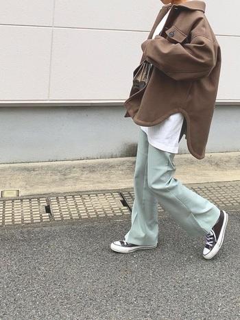 重みのあるダークブラウンのCPOジャケットも、淡いペールグリーンのパンツを合わせれば、こなれ感のある上級者の着こなしに。襟のあるCPOジャケットとハリのあるパンツで、程よくきちんと感がプラスされた大人カジュアルコーデです。