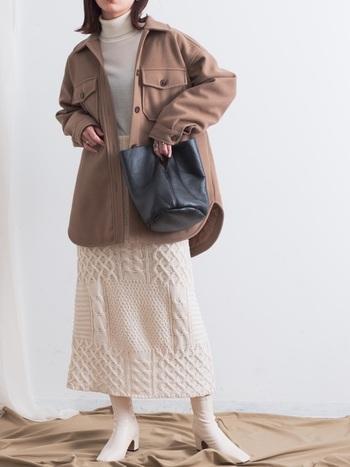 メンズライクなCPOジャケットに、立体模様のニットスカートを合わせて優しい印象に。トップス、スカート、シューズをオフホワイトでまとめることで、ビッグシルエットのアウターが引き立ちます。