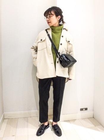 ゆとりのあるCPOジャケットとテーパードスラックスを合わせることで、シルエットの対比で下半身をほっそり脚長に。足に光沢のあるエナメルシューズを合わせることで、かっちり感をプラスしたマニッシュコーデの完成です。