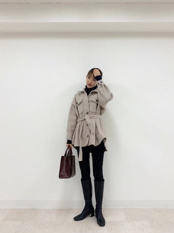 ベージュのCPOジャケットに黒のスキニーパンツとロングブーツで引き締めたきれいめコーデ。ビッグシルエットをベルトでウエストマークすることで、スタイルアップ効果が期待できます。