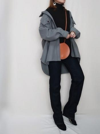 トップス、パンツ、シューズをダークトーンで統一すると、ブルーグレーのCPOジャケットが引き立ちます。抜け感があるのにどこか大人っぽい絶妙なバランスが◎