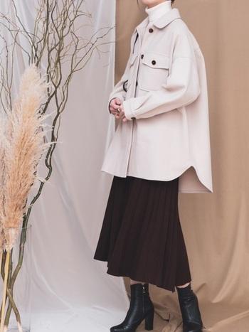 ビッグシルエットのCPOジャケットに、プリーツスカートとヒールブーツで一気にフェミニン度アップ。大人の女性がデートにも着ていける品のあるスタイリングです。