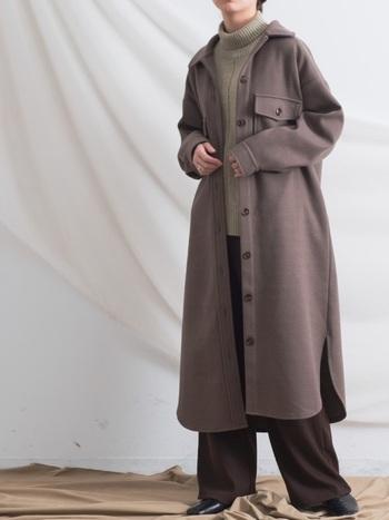ひざ下まであるロング丈のCPOジャケットに、同系色のワイドパンツを合わせてまとまりのあるコーデに。肩から足元に向かって綺麗なAラインが作られ、スタイルアップがかないます。