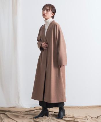 Vカラーのロングコートは、白タートル+ボトムとブーツは黒で揃えて。トップからボトムまでグラデーションカラーでコーデすることでふんわりAラインコートも甘すぎくなりすぎずシックに着こなせます。