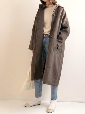 少し春を意識したい気分なら、コート以外は明るい色味で揃えてみると一気に爽やかに、軽やかに仕上がります。