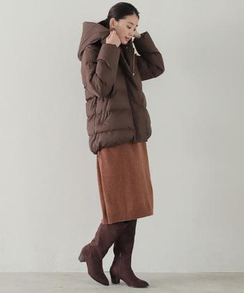 ダウンコートは、全体をブラウン系で揃えて統一感を。ボトムとブーツでIラインを強調し、ともすると着膨れして見えがちなダウンをスッキリ!スマートに着こなしましょう。