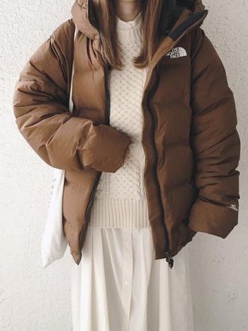 シャツワンピースにはブラウンのダウンコートを合わせて。白ワンピース×白ニットの雰囲気をより引き立たせる色と素材のメリハリ感が◎。