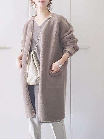 品の良い淡いブラウンのノーカラーコート。同系色のVネックのトップスを仕込んで、形も色も統一化。すっきりとシャープな印象に。