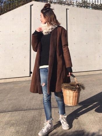 ノーカラーコートは、ニットとデニムでラフに。より休日を満喫するならかごバッグが◎。
