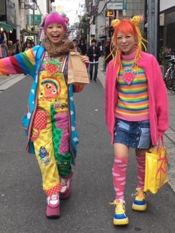 カラフルな髪型やキャラクターをモチーフとしたアイテムなど、個性豊かなストリートファッションは、雑誌〈Fruits〉〈street〉などで紹介され、読者モデルが注目を集めるようになりました。新進気鋭の新たなデザイナーが次々と誕生し、ネオDCの時代に入り、東京のファッション&カルチャーは世界に向けられていきました。