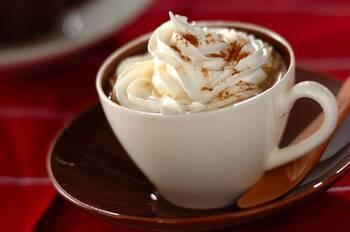 ホワイトチョコレートは細かく均等に刻むと、溶け残りがなく混ざります。ホワイトチョコレートと生クリームの砂糖の量で、お好みの甘さに調節してみてください。
