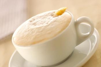 コーヒーとミルクを注ぐ前にレモンの皮を入れて、本格的なカプチーノ・ロマーノを作りましょう。レモンのさわやかな酸味とコーヒーの苦み、ミルクの甘みが絶妙にマッチします。