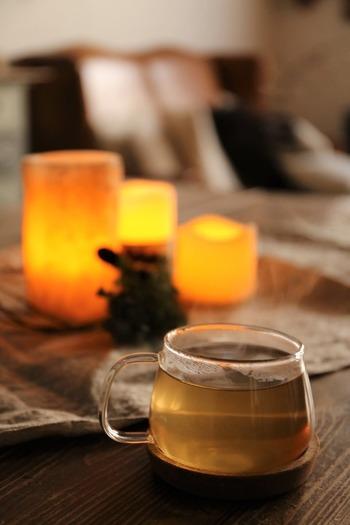 点灯すれば、ほんのりオレンジかかったぬくもり感のある柔らかな灯り。 暗くて寒い冬の朝も、灯すだけで癒やされそうですね。 火を使わないから、安心です。