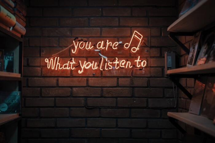 好きな洋楽の歌詞を眺めているだけでも、実はかなり英語の勉強になるのをご存知ですか?わからない英単語を調べながら、歌詞の意味を解読するかのように読み進めれば、さらにGOOD!最終的にはカラオケで歌えるようになるまでを目指してみましょう。