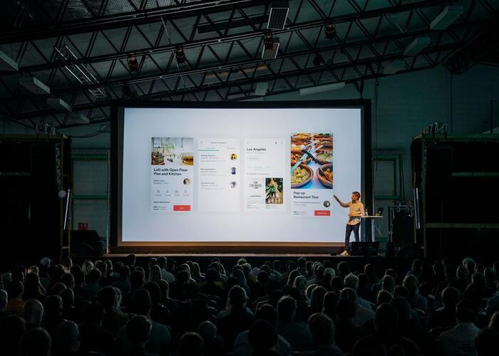 「TED Talks(テッドトークス)」とは、アメリカ・ニューヨークに本社を置くTED(テッド)が、様々な分野の専門家たちのプレゼンテーションを無料で配信しているサービスのこと。日常のちょっとした疑問から、政治・経済、心理学、化学、経営に至るまでその道のプロたちのプレゼンテーションを英語で観ることが可能です。字幕もあり、様々な国でプレゼンテーションが開催されていることから、多種多様な英語を聞く事ができますよ。