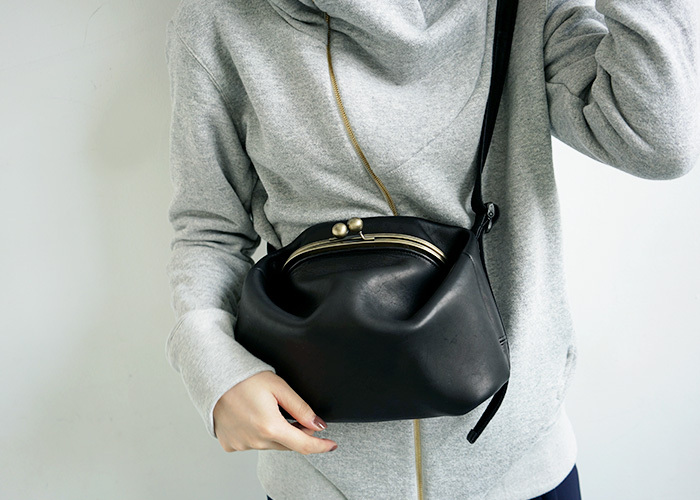 長く愛用するためには色落ちしないブラックバッグを選びたいもの。レザーなど使うほどに味わいの出るバッグなら、愛着も湧いてくるはずです。